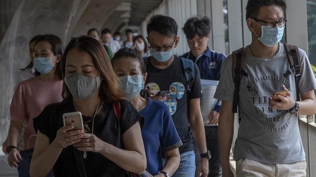 """Dünyanın dört bir yanında, yeni tip koronavirüse (2019-nCoV) karşı alınan önlemlerin başında yüz maskesi takmak geliyor.  Çin, Japonya ve Güney Kore'de salgının başından itibaren uygulanan maske önlemi, pandeminin henüz zirve noktayı görmediği Amerika Birleşik Devletleri'nde ile ikinci dalga korkusunun yaşandığı Avrupa ülkelerinde de gündemdeki yerini koruyor. Salgının ilk başladığı günlerde maske takmayı """"tavsiye"""" düzeyinde tutan birçok Avrupa ülkesi artık tüm kapalı alanlarda zorunlu hale getirdi."""