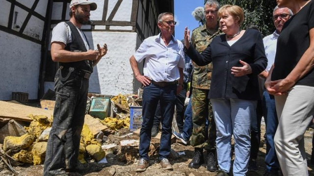 Batı Avrupa'da son 20 yılın en büyük sel felaketinde hayatını kaybedenlerin sayısı en az 190'a yükselirken Almanya Başbakanı Angela Merkel felaketten en çok etkilenen Rheinland-Pfalz eyaletini ziyaret etti.  Selden en çok etkilenen ülke olan Almanya, Belçika ve Hollanda'da toplam kayıp sayısı ise 1000'in üzerinde. Yetkililer can kaybının artmasından endişe ediyor.  Afet bölgesinde açıklama yapan Merkel, felaketin ardından Almanya'nın iklim değişimiyle mücadele konusunda daha hızlı hareket edip daha fazla çaba sarf etmesi gerektiğini vurguladı.  Merkel yaşanan olayların tamamı değerlendirildiğinde bunun iklim değişimi ile ilgisi olduğunu gösterdiğini belirterek acele etmeleri gerektiğini vurguladı.
