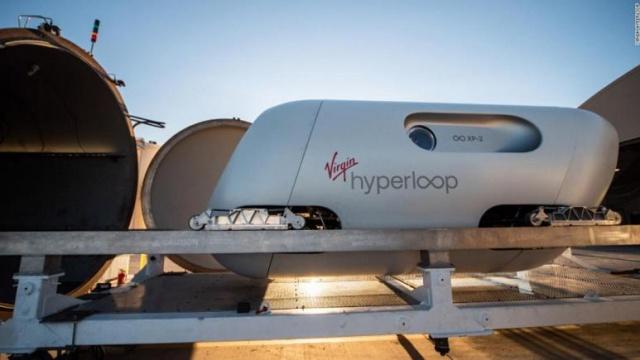 Hyperloop girişimlerinden biri olan Virgin Hyperloop ABD'de Nevada çölünde ilk yolculu test denemesini başarıyla tamamladı. İki kişiyi taşıyan XP-2 adlı hyperloop kapsülü saatte 1000 km hıza çıktı.  Virgin Havayolu'nun sahibi ve uzay turizmi alanında da çalışmalar yürüten Virgin Group CEO'su milyarder girişimci Richard Branson'ın projesi olan Virgin Hyperloop yetkilileri gelinen aşamayı 'büyük bir adım' olarak nitelendirdi.  Fikir babası Tesla ve SpaceX şirketlerinin sahibi Elon Musk olan 'hyperloop' yeni bir ulaşım teknolojisi. Musk bu konuda kendisi bizzat bir çalışma yürütmese de proje yarışması düzenlemiş ve öne çıkan projelere finansman desteği vermişti.