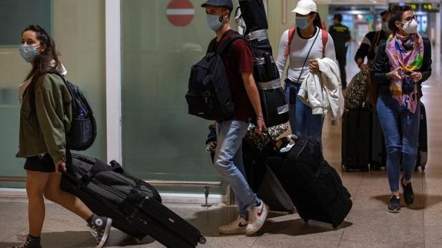 Avrupa Birliği (AB) Covid-19 salgını nedeniyle mart ayında kapattığı dış sınırlarını şimdilik Türkiye'ye açmama kararı aldı. AB ülkeleri bazı kriterler üzerinden toplam 15 ülkeye AB'ye giriş izni verdi ancak bu ülkeler arasında Türkiye bulunmuyor. Bundan sonra ne olacak? Kısıtlamalar devam ederken kimler Avrupa Birliği'ne giriş-çıkış yapabilecek? Süreç nasıl işleyecek?  Avrupa Birliği iki haftada bir listeyi güncellemeyi planlarken AB sınırları Türk vatandaşlarına tamamen kapatılmadı. Mart ayından bu yana olduğu gibi zorunlu olmayan seyahatler yine yapılamayacak. Turistler kabul edilmeyecek.