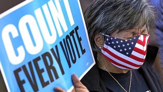 Amerika Birleşik Devletleri'nde (ABD) 3 Kasım'da yapılan Başkanlık seçiminde oy sayımı devam ediyor. Demokrat aday Joe Biden, Cumhuriyetçi Donald Trump karşısında yarışı az bir farkla önde götürse de kritik eyaletlerden çıkacak nihai sonuçlar Beyaz Saray için belirleyici olacak. İşte salıncak eyalet olarak tabir edilen 8 bölgedeki seçim sonuçları:  2016 yılında Florida'yı kazanan Başkan Trump, buradaki 29 delegeyi elinde tuttu fakat 11 delegenin bulunduğu Arizona eyaletini bu seçimlerde Demokratlara kaptırdı. Minnesota ise 2016'da olduğu gibi Trump'a delege vermedi.  Oy sayımının devam ettiği Michigan, Pennsylvania, Wisconsin, Kuzey Carolina ve Georgia'da Cumhuriyetçi aday Trump seçimleri önde götürüyor.  Mevcut durumda Trump'ın başkan seçilebilmesi için 5 eyaleti de kazanması gerekirken, Biden'a bu eyalatlerden 2'sini kazanması yeterli olacak (birinin Wisconsin olması halinde 3 eyaleti kazanması gerekecek).