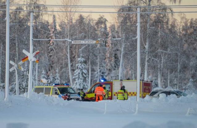 Söråker'de genç yaşlarındaki iki kızın Scooter ile tren yoluna girmesi sonucu meydana gelen kazada hayatını kaybetti.  Toplam dört kişinin bulunduğu Scooter'un kontrolden çıkarak tren yoluna girmesi sonucunda meydana gelen kazada, iki genç kızın yaşamını yitirdiği doğrulandı.  Medelpad'deki yerel bölge polisi müdürü Josef Wiklund, kazanın tam olarak nasıl gerçekleştiği soruşturma sonucunda belli olacağını belirtti.