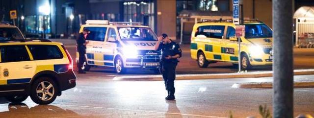 Başkent Stockholm'ün güneyinde bir okulda önünde bir kişi vurularak öldürüldü. İsveç basını olayı okulda bir kişi vuruldu şeklinde servis etti.  Edinilen bilgiye göre cinayetin ardından iki kişinin olay yerinden kaçtığı öğrenildi.  Başkent Stockholm'ün güneyindeki Huddinge'de Perşembe gecesi saat 23.00'ten kısa bir süre sonra patlama sesi duyan vatandaşlar polise ihbarda bulundu.  Stokholm bölgesi polis basın sözcüsü Carina Skagerlind, oraya gittik ve ateşli silah yarası olan bir kişiyi oldukça hızlı bir şekilde bulduk dedi.  Polis, vurulan 25 yaşındaki şahsın gece saat 02:00'de yaşamını yitirdiğini söyledi.