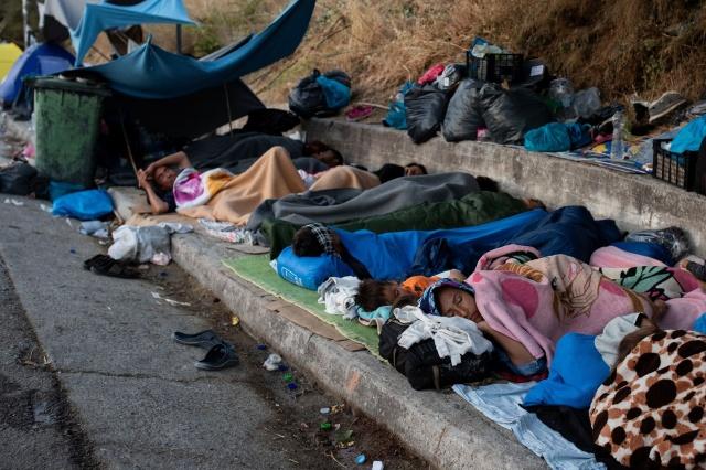"""Almanya Kalkınma Bakanı Gerd Müller, Yunanistan'ın Midilli Adası'nda yeni inşa edilen geçici Karatepe sığınmacı kampındaki koşulları eleştirdi.  Bakan Müller, Passuer Neuer Presse gazetesine yaptığı açıklamada, Irak'ın kuzeyinde ve Sudan'ın güneyinde bulunan mülteci kamplarını da ziyaret ettiğini, ancak hiçbir yerde koşulların Midilli Adası'ndaki kadar kötü olmadığını ifade etti.  Yunanistan'da 3 bin kişi için planlanan kampta on binlerce insan kaldığını belirten Müller, """"Yeni kurulan Karatepe Kampı da açıkçası iyi değil. Sınır Tanımayan Doktorlar, ıslak çadırlarda fareler bebekleri ısırdığından dolayı tetanos aşı kampanyası başlatmak zorunda kaldı. Bunlar Avrupa'nın ortasında korkunç koşullar."""" ifadesini kullandı."""