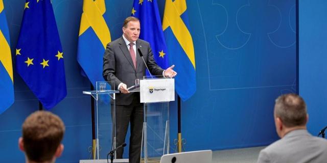 """İsveç'in normalleşme planı şöyle:  Başbakan Stefan Löfven, Çarşamba günkü basın toplantısında , enfeksiyonun yayılmasının İsveç'te hala yaygın olduğunu ve henüz rahatlama zamanının olmadığını söyledi. Mesih'in yaklaşan yükseliş haftasının da bu yıl en yakın çevrede kutlanması gerektiğini vurguladı.  """"Bu krizden ancak birlikte kurtulabiliriz"""" diyen Löfven, şu anda ulusal düzeyde bir azalma görebiliyor olsak da, enfeksiyonun yayılmasının yüksek bir düzeyde kaldığını belirtti.  Daha önce, değerlendirme, diğerlerinin yanı sıra, kültür ve spor etkinliklerindeki izleyiciler için rahatlamanın 17 Mayıs'ta yürürlüğe girebileceğiydi.  Ancak bugün o noktada değiliz diyen Stefan Löfven, salgın durumu buna izin vermiyor yorumu yaptı."""