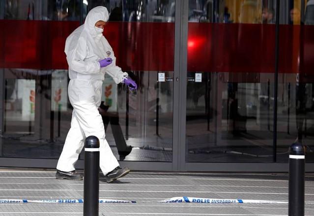 İsveç'te büyük şok yaşatan IKEA'ya yönelik saldırıda 2 kişinin yaşamını yitirdiği ve bir kişinin de yaralandığı olaydan sonra bölgede büyük panik yaşandı.  işte olay sonrasında olay yerinde incelemeler başlatan uzman ekiplerin hareketliliklerinden yansıyan bazı görüntüler.