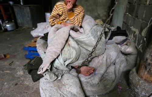 11 yaşındaki He Zili, bir yaşındayken başına aldığı darbeden dolayı zihinsel problemler yaşayan bir çocuk.Onu diğer zihinsel engelli çocuklardan ayıran ise, ailesi tarafından zincirlere bağlı bir hayat yaşamaya mahkum edilmiş