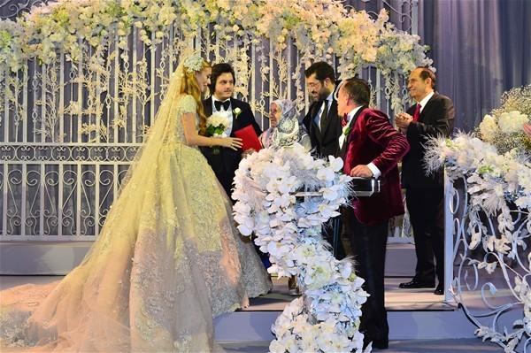 Ali Ağaoğlu damadı Koray Kırcal servet değerinde bir düğün hediyesi verdi.