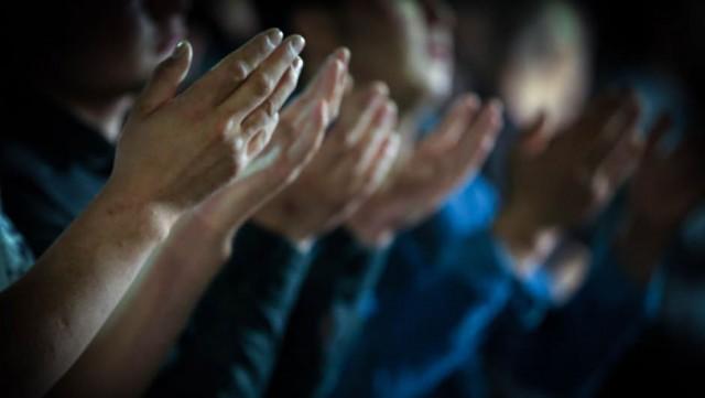 Bu gece yapılan dua kabul olur, namaz, oruç, sadaka gibi ibadetlere, sayısız sevaplar verilir. Regaib gecesini ibadetle geçirmeli, kazası olan, hiç değilse bir günlük kaza namazı kılmalı!