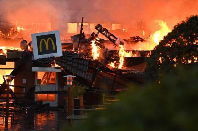 Başkent Stockholm'ün güneyindeki Östberga kentinde bulunan McDonalds restoranında çıkan yangın, restoranı yok etti.  Gece saat 02 sıralarında çıkan yangınla kısa sürede alevler içinde kalan restoran, bir türlü söndürülemedi. itfaiye şefi Tommy Wållmark, çıkan yangından McDonalds'dan geriye sadece köz kaldı ifadeleri kullandı.