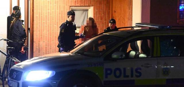 """""""Kendini savunmak için hareket etti""""  Bazı kaynaklar, şu anda cinayet zanlısı 38 yaşındaki adamın adreste yaşamadığını, ancak polis teorisine göre kavgayı çözmek için olay yerinde olduğuna inanılıyor.  Cinayet işleyen kişinin avukatı Åke Broné, olayın meşru müdafaa olduğunu belirterek, suçlamaları reddediyor.  Ölü adam ve eşiyle aynı adreste yazılı 60'lı yaşlarında bir kadın, cinayeti kışkırtma şüphesiyle Cuma gecesi tutuklandı.  Pazartesi günü serbest bırakıldı, ancak hala soruşturmada şüpheli. 38 yaşındaki adam cinayet şüphesiyle muhtemel sebeple tutuklandı. Bölge mahkemesinden gelen belgelere göre katil zanlısının meşru müdafaa olarak davrandığını iddia ediyor."""