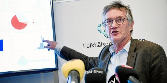 """İsveç'te toplumda gerginlik yarattığı gerekçesiyle koronavirüs vakalarına dair günlük rapor ve sayı verilmeyeceğini açıkladı.  Sayıların anlık verilmesini durdurmayı yeni bir strateji olarak uygulama koyan İsveç, aynı zamanda """"risk grubunun bir parçası değilseniz, gelecekte hastanede korona için test edilmeyeceksiniz"""" denildi."""