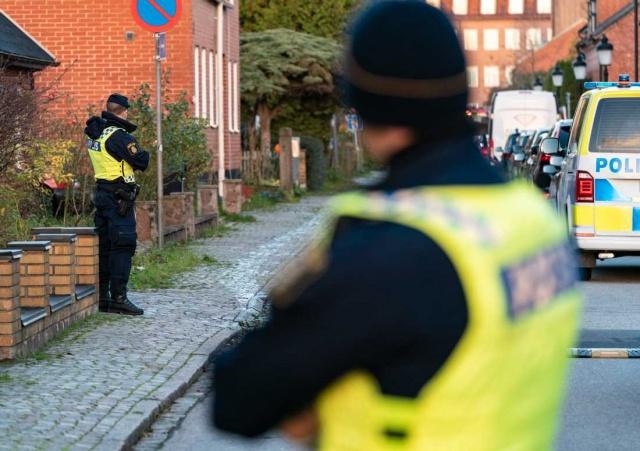 """Malmö'de açık havada yaralı halde bulunan 17 yaşındaki çocuk öldü.  Polis cinayeti araştırıyor ve olayla ilgili izlerin tespit edildiğini belirtiyor.  Malmö polisi'nden Norling Norling, elde edilen verilerle ilgili """"Bu olası bir kanıt"""" dedi."""