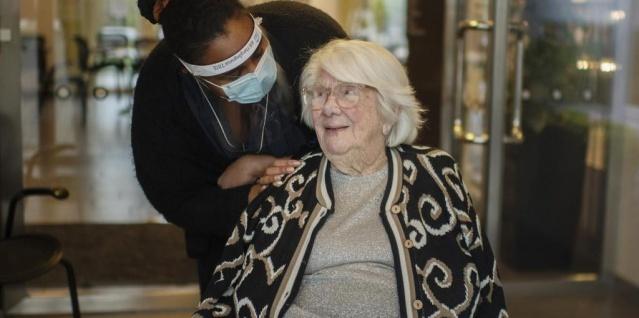 Koronavirüs salgınının en çok vurduğu ve ölümüne neden olduğu yaşlılar arasında zaman zaman sevindirici haberlerde gelebiliyor.  104 yaşında İsveçli Maja Sjöberg, yakalandığı koronavirüsü yenmeyi başardı.  Milyonlarca insanın ölümüne neden olan İspanyol gribini, iki dünya savaşı gören Maja, şimdi de korona virüsü yenmeyi başardı.