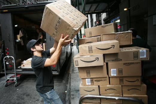 3. Amazon  Zaten üçüncü sırada perakendecilikten ilk marka geliyor - e-ticaret devi Amazon geçen yıl dördüncü sırada yükseldi. Yaklaşık yüzde 50'lik bir toplam değer artışı, şirketin markasının şu an 208 milyar doları aştığı anlamına geliyor.  Perakende ticareti, yıl boyunca markalarının hızla arttığı kategoriydi. Ancak soru, sektörün tekrar gelmesinin yeterli olup olmadığıdır. Genel eğilim uzun sürdü. 2006 yılında, perakende markaları BrandZ 100'ün toplam piyasa değerinin yüzde 32'sini oluşturdu - bugün sadece yüzde 15.