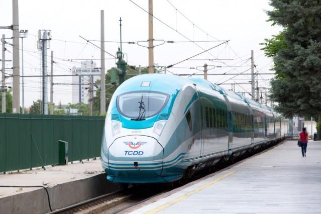Velaro Türkiye, üstün teknik özelliklerinin yanı sıra tasarımıyla da dikkati çekiyor. Trenin tasarımında net bir şekilde tanımlanan yapılar ve bileşenler, minimum boşluğa sahip bağlantı tasarımları, teknik açıdan uygun noktalarda görünmez vida bağlantıları gibi detaylar, yüksek düzeyde emre amadelik ve ergonomik işlevsellik anlamı taşıyor.