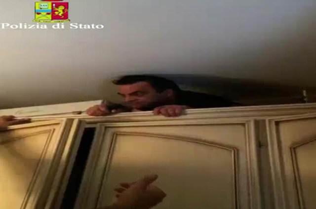 Polisin izini bulduğu Antonio Pelle adlı 54 yaşındaki mafya babası, Reggio Calabria'daki evinde tuvalet ile oğlunun odasının arasında inşa ettiği gizli bölmeye saklanmakta çareyi buldu.
