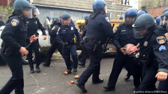 8-ABD'DE SİYAHLARLA BİRLİKTE BEYAZLAR DA AYAKLANDI Amerika'da da sokaklar karışıktı, sebep ekonomik şartlardan çok polis şiddetiydi. Baltimore kentindeki polis şiddetine tepki gösterilerinin ardından gelen 1 Mayıs, tansiyonun doruğa çıkmasına neden oldu. Bir çok kentte polis şiddetiyle birlikte 1 Mayıs protestoları vardı. Özellikle Seattle'daki yürüyüş sırasında polisin müdahalesi sert olunca göstericilerle güvenlik güçleri çatıştı.