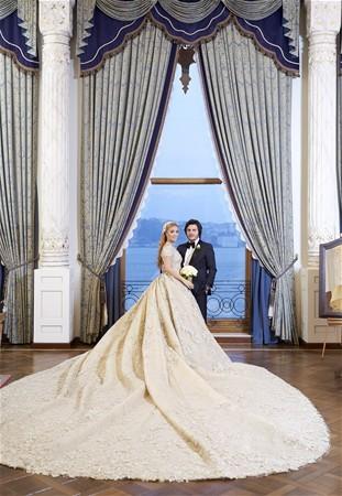 Kına sonrası çifte Batı Ataşehir'de 400 metrekarelik bir daire hediye eden Ağaoğlu, Emirgan'dan aldığı üç katlı köşkün tapusunu düğünde Kırcal'a teslim etti. Köşkün fiyatı ise 8 milyon dolar.