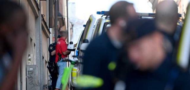 """Başkent Stockholm merkezindeki bir hostele yönelik bıçaklı saldırı sonucu üç kişinin yaralandığı bildirildi.  Edinilen bilgilere göre, bıçaklı saldırı sabaha karşı gerçekleşti. Olay polise ihbar edilmesiyle çok sayıda polis ekibi olay yerine intikal etti.  Bıçaklı saldırı sonucunda yaralanan üç kişi hastaneye kaldırıldı.   Olaya karıştığı iddia edilen üç kişi de olay yerinde 3 kişi gözaltına alındı. Sabah saatlerinde iki kişi serbest bırakıldı. Bir kişi tutuklandı.  Polis olayı cinayete teşebbüs olarak araştırıyor.  Olaya tanıklık eden bir kişi """"Gerçekten yürek parçalayan bir çığlıkla uyandım"""" dedi."""