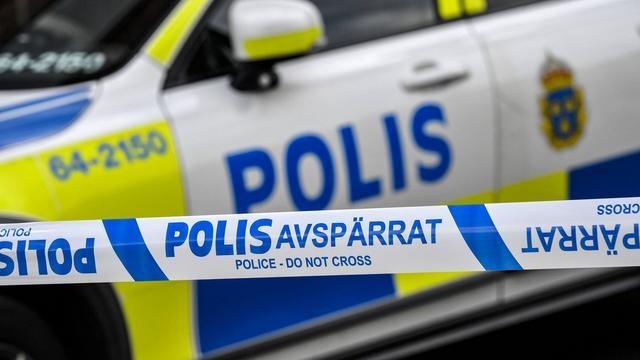 Başkent Stockholm'ün Upplands Väsby semtinde dün gece bir genç kızın bıçaklandığı ihbarı üzerine polis ekipleri harekete geçti.  Polis olay yerinde bıçaklı saldırı sonucu ağır yaralı halde genç bir kızın olduğunu ve tedavi edilmek üzere sağlık ekiplerince hastaneye götürüldüğünü belirtti.  Olayla ilgili soruşturmayı yürüten ekipler, olayın faili olduğu şüphesiyle iki kız olmak üzere, üç kişiyi gözaltına aldı.