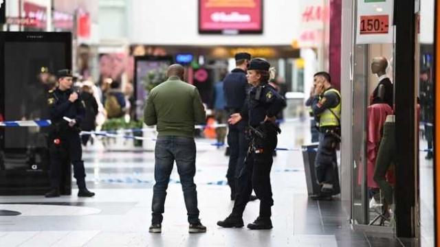 Başkent Stockholm'ün kuzeyinde yer alan ve bölgenin büyük alışveriş merkezlerinden biri olan Kista AVM'de silah sesleri üzerine polis harekete geçti.  Edinilen bilgilere göre, saat 11.25'te, kuzey Stockholm'deki Kista alışveriş merkezindeki bir mağazanın içinden gürültülü bir patlama duyulduktan sonra polis alarma geçti. Polis, tanıkların beyanlarına göre bir mağazada kavga yaşandığını ve silah sesinden sonra bir kişinin kaçtığını gördüklerini belirtti.
