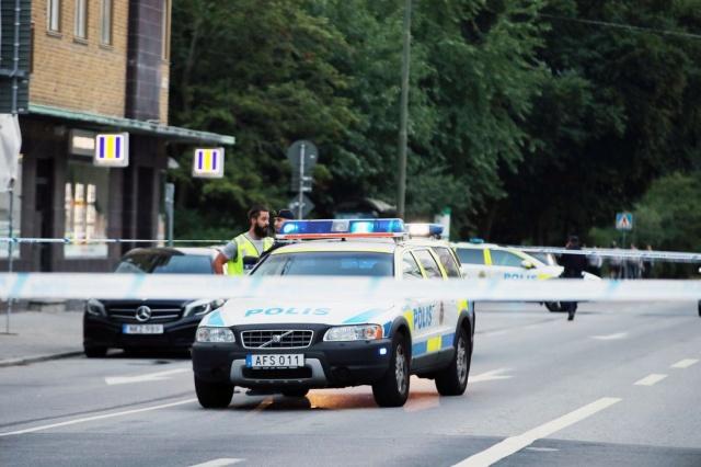 Olayla ilgili birçok cadde ve yol kapatıldı. Polis olayın terör saldırı olup olmadığını araştırırken, görgü tanıklarının beyanlarına göre saldırının gerçekleştiği yerde otomatik silahla rastgele ateş edildiği belirtildi.