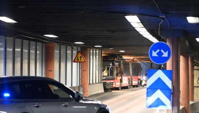 Sveavägen'in girişindeki Klaratunneln'e bir otobüsü sıkıştı.  Akşam saatlerinde, Sveavägen'in girişindeki Klaratunneln'de çatısında benzin deposu bulunan bir otobüs sıkıştı.  Otobüsü sıkıştığı yerden çıkarmak için birkaç saatlik çalışma bekleniyor.  O zamana kadar yol kapalı kalacak.