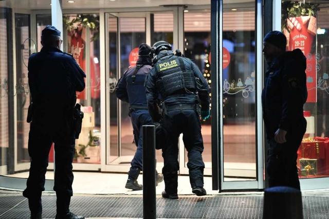 İsveç'in başkenti Stockholm'ün kuzeyinde bulunan Upplands Väsby merkezinde bulunan Väsby alışveriş merkezin şüpheli çanta nedeniyle boşaltıldı.