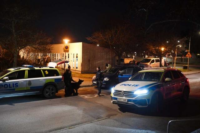 İsveç'in başkenti Stockholm'ün batısında köpeğiyle yürüyüşe çıkan genç kadına kimliği belirsiz bir kişi tarafından saldırı yapıldı.