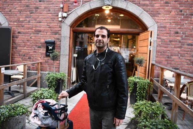 """Otelde kalan müşterilerin dört saat içinde oteli terk etmeleri istenen notta iflas ettiklerini bildiren otel yönetimine müşterilerden tepki geldi.  Otelde kalan Seed Ramezanian isimli müşteri """"Gidecek hiçbir yerim yok"""" dedi."""