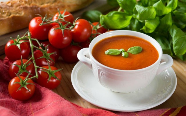 3. Çorba  Hazır çorbalar dışındaki evde özel olarak hazırlanan sağlıklı çorbaların kusmaya iyi geldiği kesin olarak bilinmektedir. Eğer ki kusma hissi yaşıyorsanız veya kusma anından sonra midenizde bir rahatsızlık hissediyorsanız sıcak ve doğal bir çorba ile midenizi rahatlayabilir, bu olumsuz durumu tamamiyle ortadan kaldırabilirsiniz. Çünkü çorba midenizi yormayacak kadar hafif bir yiyecektir. Kusma durumu ile karşı karşıya kaldığınızda muhakkak ufak bir kase kadar da olsa ev yapımı hazırlanmış, içerisindeki çok ağır malzemeler olmayan hafif bir çorba yapıp onu tüketin.