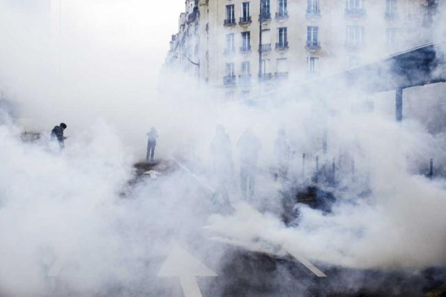Fransa'da sarı yelekliler, gösterilerin birinci yılında, Cumhurbaşkanı Emmanuel Macron'un politikalarını protesto etmek için yeniden sokağa çıktı. Sarı yelekliler, eylemlerin yıl dönümünde, başta başkent Paris olmak üzere ülkenin birçok kentinde gösteriler düzenledi. Başkentteki İtalya Meydanı'nda bir araya gelen bir grup gösterici ile polis arasında gerginlik yaşandı. Eylemciler, çöp bidonu, çok sayıda motosiklet ve aracı ateşe verdi.
