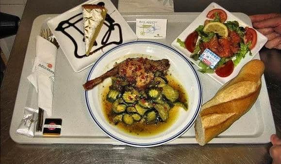 9. Fransa: balıklı salata, kabaklı tavuk yemeği, baget etmek ve bir dilim pasta.