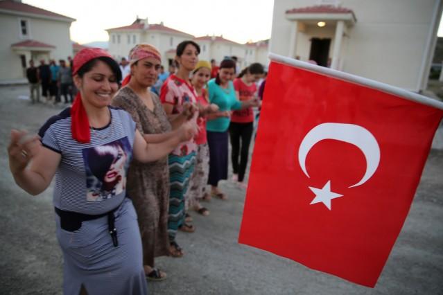 """İçişleri Bakanı Efkan Ala'nın, """"Türkiye'de yaşayan Ahıska Türkleri de vatandaşlığa alınacak, bunun çalışmasını da yapıyoruz"""" sözü, Erzincan'a yerleştirilen Ahıska Türkleri tarafından coşku ile karşılandı"""