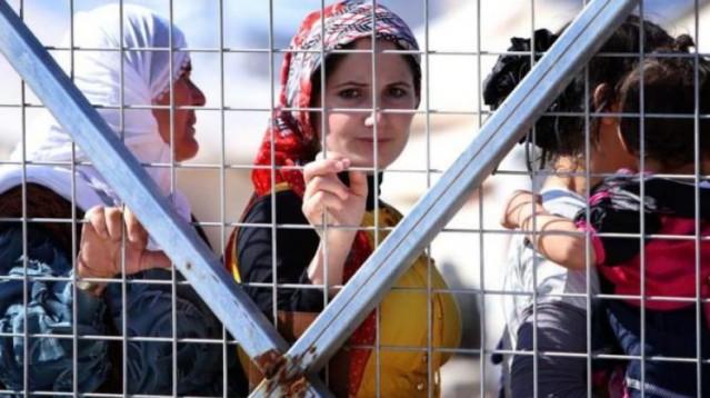 6-TOPLAM SURİYELİ MÜLTECİ SAYISI KAÇ? 3 milyon 800 bin kayıtlı mülteci bulunuyor bunların 2 milyona yakınına Türkiye sahip çıktı, geri kalanlar ise Ürdün, Lübnan ve Irak gibi ülkelerde. Ancak mülteci konumuna düşüp de hiçbir ülkeye kaçamayan ya da kabul edilmeyen hala Suriye içerisinde ölümle burun buruna kalmış, evsiz mülteci konumundaki Suriyelilerin sayısı ise tam 7 milyon 600 bin.