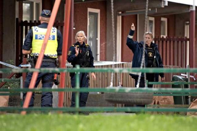 Başkent Stockholm'un Hjulsta semtinde hafta sonu iki kişinin vurulmasıyla ilgili soruşturma devam ederken, ilginç iddialar ileri sürülmeye başlandı.  Bazı kaynaklardan edinilen bilgilere göre, hasımlarını vurmak için plan yapmaya çalışan iki zanlıya yanlış bilgi verilerek tuzağa çekildi.