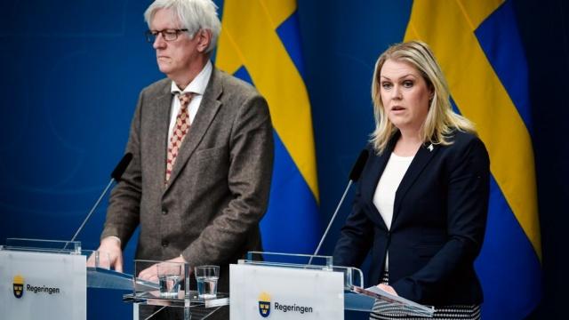 İsveç Halk Sağlığı kurumu yeni vaka ve ölü sayılarını açıkladı.  İsveç'te son 24 saat içinde 59 kişi daha hayatını kaybederken, bu rakam koronavirüsün İsveç'te başladığı günden bu yana en yüksek rakam oldu.  Yine son 24 saat içinde bu güne kadar ki en yüksek yeni vaka yaşandı. Dünden bu yana 512 yeni vakanın doğrulandığı İsveç'te tablonun ciddi şekilde ağırlaştığı ortaya çıktı.  Halk Sağlığı Kurumu verilerine göre yoğun bakımda tedavi gören kişi sayısı da 393'e yükseldi.  Son rakamlarla birlikte İsveç genelinde vaka sayısı 4 bin 947, hayatını kaybedenlerin sayısı 239'a yükseldi.