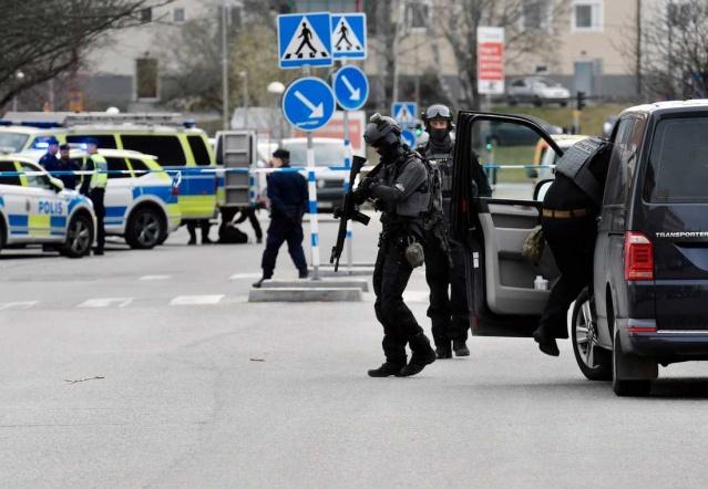 Başkent Stockholm'ün Vällingby semtinde silahlı saldırı sonucu iki kişinin öldüğü bildirildi.  Öğleden sonra Stockholm'ün batısındaki Vällingby'de büyük bir polis operasyonu gerçekleşti.