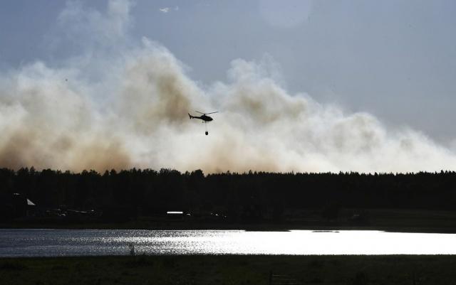 İsveç'in Västmanland bölgesinde iki gün önce çıkan orman yangını hala kontrol edilemedi.