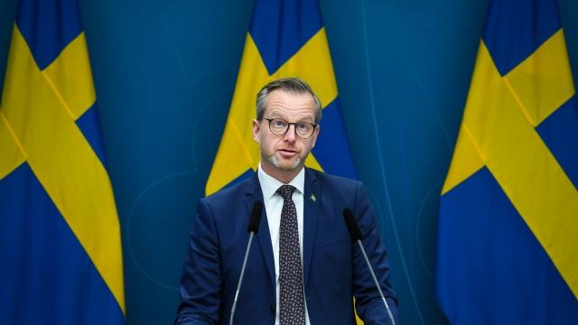 İçişleri Bakanı Mikael Damberg, Halk Sağlığı Kurumu'nun tavsiyesi üzerine yurtdışından İsveç'e girişlerde negatif PCR test zorunluğu ile ilgili çalışmanın başlatıldığını duyurdu.  AB'nin Pazartesi günü yeni virüs varyasyonları nedeniyle yeni seyahat önerileri yapması bekleniyor.