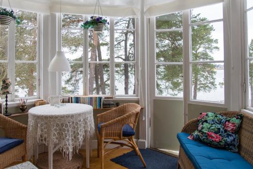 19. Yüzyıldan kalma klasik 22 milyon kron  Vaxholm dışında bulunan Tynningö bölgesindeki bu ev romantizm severler için tutkulu bir ev olacağı söyleniyor.  Yaklaşık 400 metre karelik bir yaşam alanı ve 14 yatak odası, toplamda ise 20 oda bulunmaktadır.