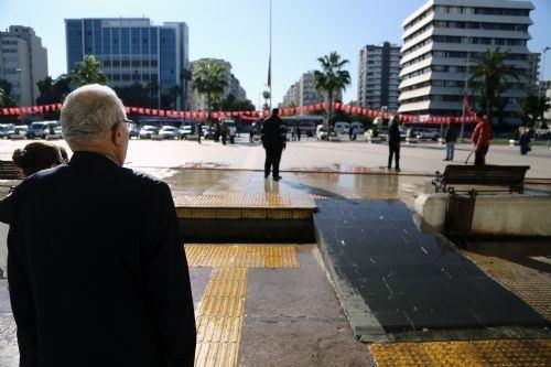 Türkiye Cumhuriyeti'nin kurucusu Mustafa Kemal Atatürk'ün ebediyete intikalinin 77. yılında saatler 09.05'i gösterdiğinde Türkiye'de hayat durdu.