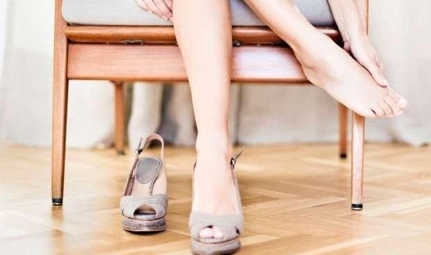 AYAKKABI VURMASINA NE İYİ GELİR?  Severek aldığımız ayakkabılar ayaklarımıza vurunca acısından duramadığımız yaralara ve su toplamasına neden olabilir. İşte ayakkabı vurmasına iyi gelen öneriler...