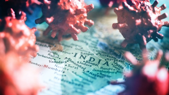 """Günlük rekor vaka ve ölümlerle Hindistan, dünyada Covid-19'dan en çok etkilenen ülkelerin başında geliyor.  İngiliz, Güney Afrika ve Brezilya varyantlarından sonra """"B.1.617"""" adlı Hint varyantı dünya basının gündemine girdi. Bilim insanları, sağlık sisteminin çökme noktasına geldiği Hindistan'da, """"çifte mutasyonlu"""" Hint varyantının ülkede ve dünyada hızla yayıldığını ifade ediyor.  Son günlerde Covid-19 vaka sayısında dünya genelinde rekor üstüne rekor kıran, can kaybında 200 bin sınırını aşan ve sağlık sistemi çökmek üzere olan 1,4 milyar nüfuslu Hindistan'da hastanelerde yatak ve oksijen artık bulunmuyor.  Ülke genelinde günlük 350 binden fazla yeni vaka tespit ediliyor, her gün en az 3 bin kişi Covid-19'dan ölüyor. Üstelik bu verilerin gerçek rakamları yansıtmadığı tahmin ediliyor."""