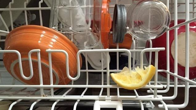 Kullanılmış limonları çöpe atmaktansa bulaşık makinesine koymak başta kulağa tuhaf gelebilir.  Limonların neden bulaşık makinesine koyulması gerektiğini anlayınca siz de bundan sonra çöpe atmaktan vazgeçeceksiniz.