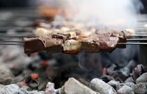Kebap kenti Adana'nın tarihi Kazancılar Çarşısı'ndaki ciğer kebabıyla gün ağarırken kahvaltı yapma geleneği, 100 yılı aşkındır sürüyor.