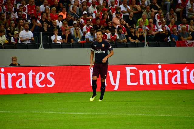 İngiltere Premier Lig ekiplerinden Arsenal, İtalyan temsilcisi Lazio ile oynadığı hazırlık maçını 2-0 kazandı.  İsveç'in başkenti Stockholm'deki Friends Arena'da oynanan ve yaklaşık 15 bin futbolseverin takip ettiği mücadelede Londra ekibine galibiyeti getiren golleri 18. dakikada Reiss Nelson ile 64. dakikada Pierre Aubameyang attı. Arsenal'de forma giyen ve karşılaşmaya yedek başlayan Türk asıllı Alman yıldız Mesut Özil, 61. dakikada oyuna girdi. Topla her buluşmasında taraftarların tezahüratlarla desteklediği Mesut Özil, maçın bitiminde taraftarları alkışlayarak karşılık verdi.