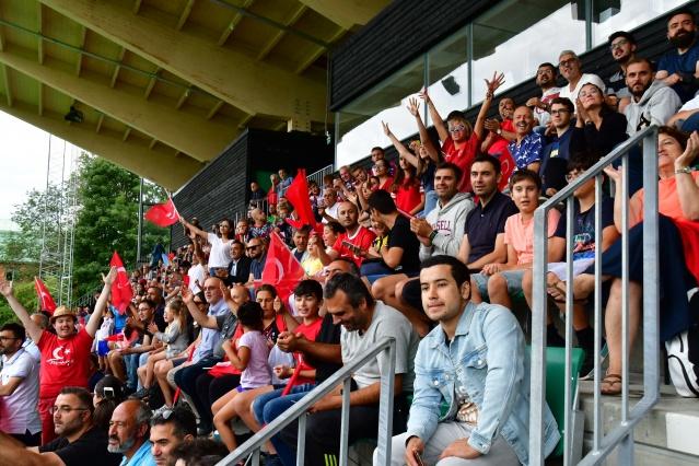 TÜRK TARAFTARLAR YALNIZ BIRAKMADI Maçın ardından sahadaki milli futbolcular, yedek kulübesindeki oyuncular ile teknik ve idari ekip, büyük sevinç yaşadı. Milli futbolcular, kupa mutluluğunu tribündeki 500'e yakın gurbetçi taraftarla paylaştı.