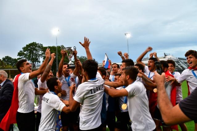 Karşılaşmanın ardından düzenlenen törende, hakemlere plaketleri verildi. Ay-yıldızlı futbolcular, ikincilik madalyasını alan Ukraynalı futbolcuları ve teknik heyeti alkışlayarak teselli etti. Kupayı Uluslararası İşitme Engelliler İsveç  Federasyonu Başkanı Björn Reyn'in elinden alan milli futbolcular, sahada şampiyonluk turu attı.